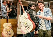 Shah Rukh Khan gifts a Guiitar to 'Jab Harry Met S...