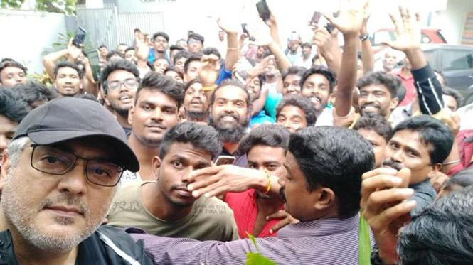 Ajith's 'group-fie' with fans goes viral!