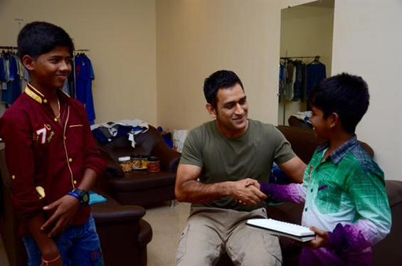 Dhoni meets Kaaka Muttai boys