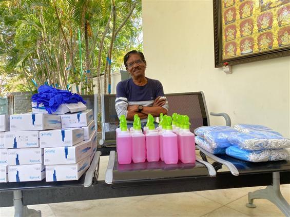 Director Bharathiraja donates Masks, Gloves & Sani...