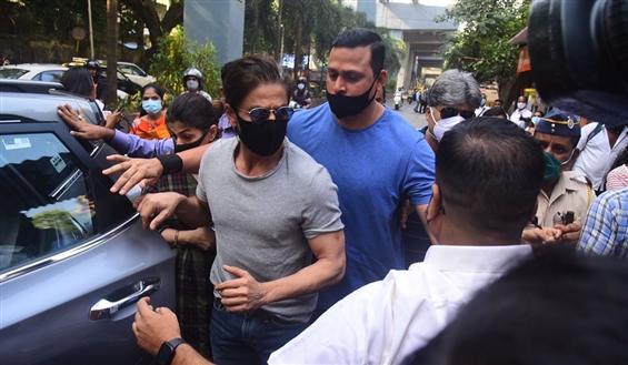 Shah Rukh Khan visits Aryan Khan at jail before HC...