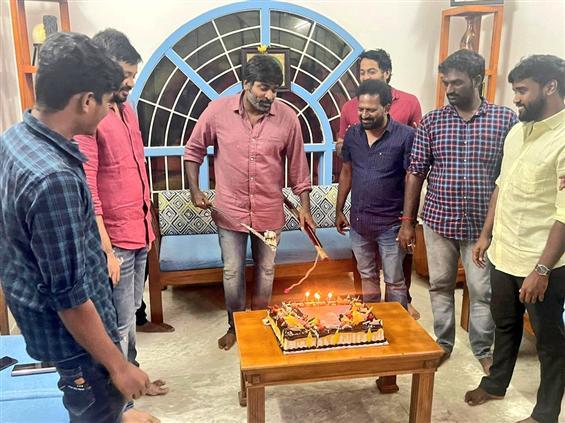 Vijay Sethupathi uses 'Patta Kaththi' for cake cut...
